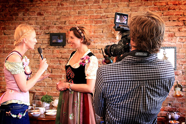MODERATORIN ANDREA SOKOL LOLA PALTINGER WIESN BRUNCH
